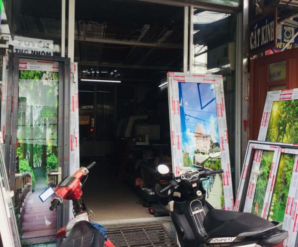 Hiện nay thị trường cửa tại Việt Nam rất đa dạng chất liệu làm cửa. Một trong số đó phải kể đến cửa làm bằng vật liệu nhôm kính. Loại cửa này có khả năng lấy sáng rất tốt, độ bền cao, cách âm hiệu quả, sang trọng và hiện đại… Bài viết hôm nay chúng tôi xin giới thiệu đến bạn đọc 9 loại cửa nhôm cao cấp được sử dụng nhiều tại Việt Nam.  Các loại cửa nhôm kính cao cấp sử dụng nhiều tại Việt Nam.https://cuanhomxingfahungthinh.com/